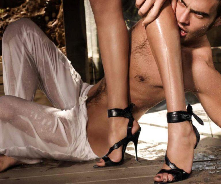 Порно очень красивая девушка заставляет парня лизать133