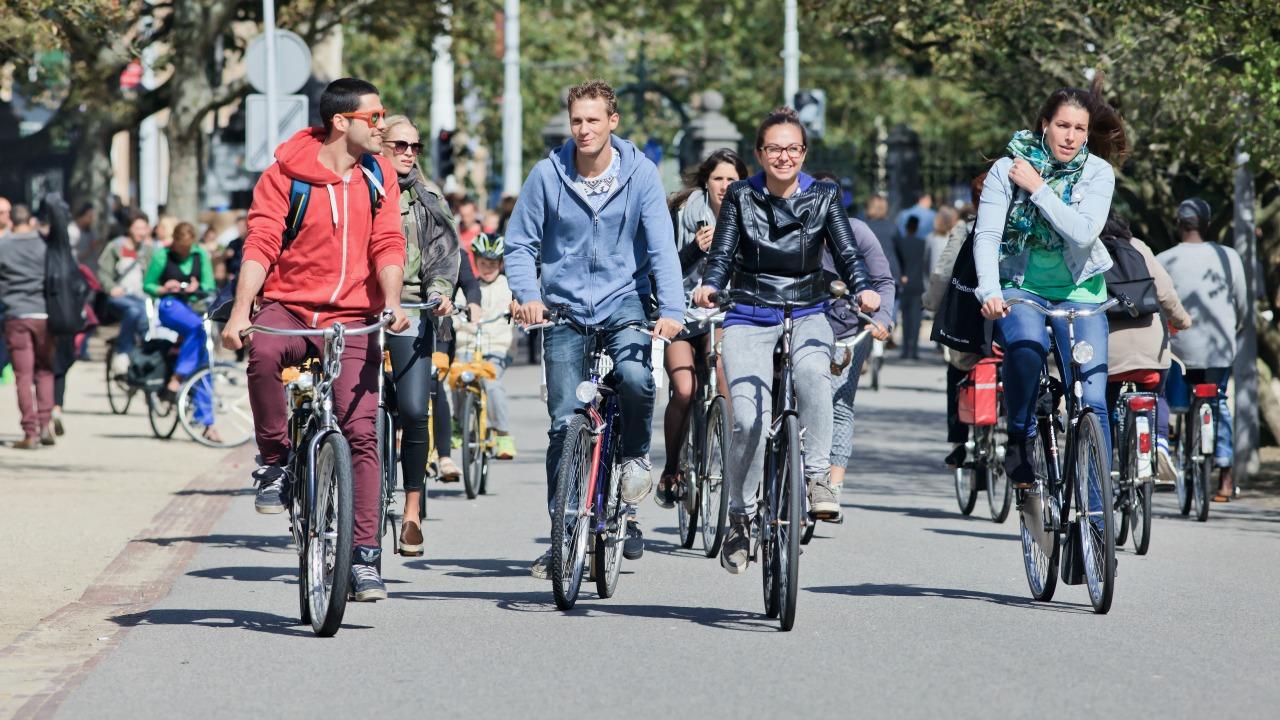 bisiklet kullanan gençler
