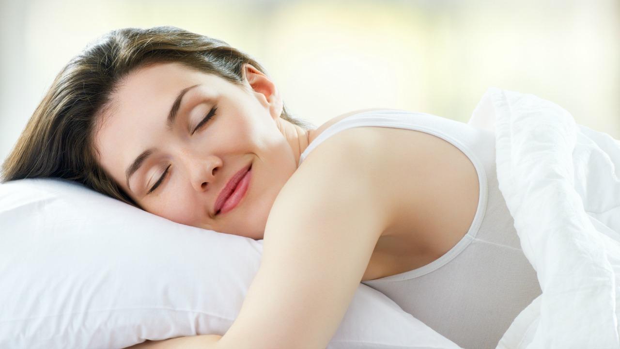 uyku uyuyan kadın