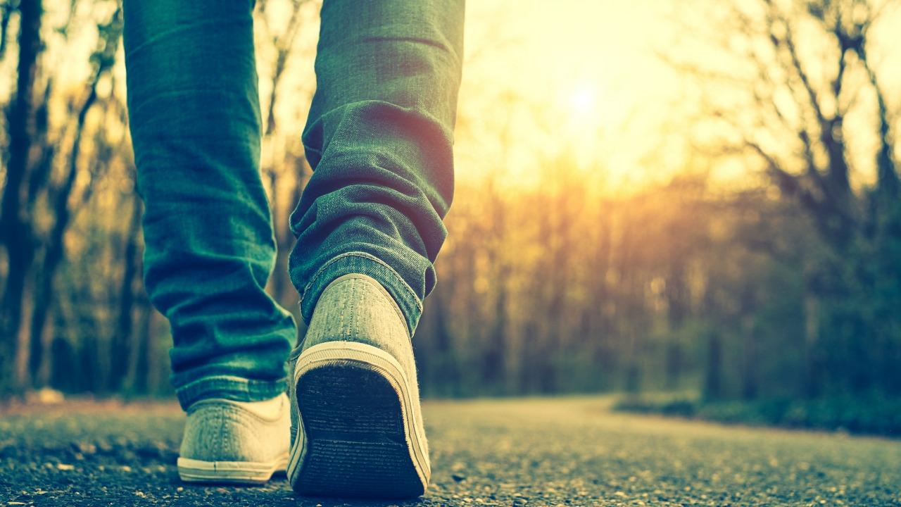 yürüyen adam  Kendinizi daha çok sevmek için hayat yolculuğunuzda yüklerinizden kurtulmalısınız! yuruyen adam