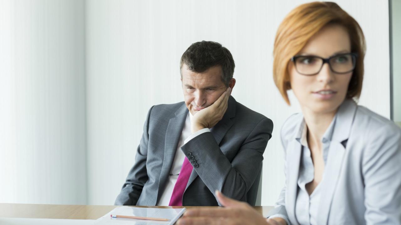 İçine kapanık kişiler için toplantılarda rahat etmenin yolları