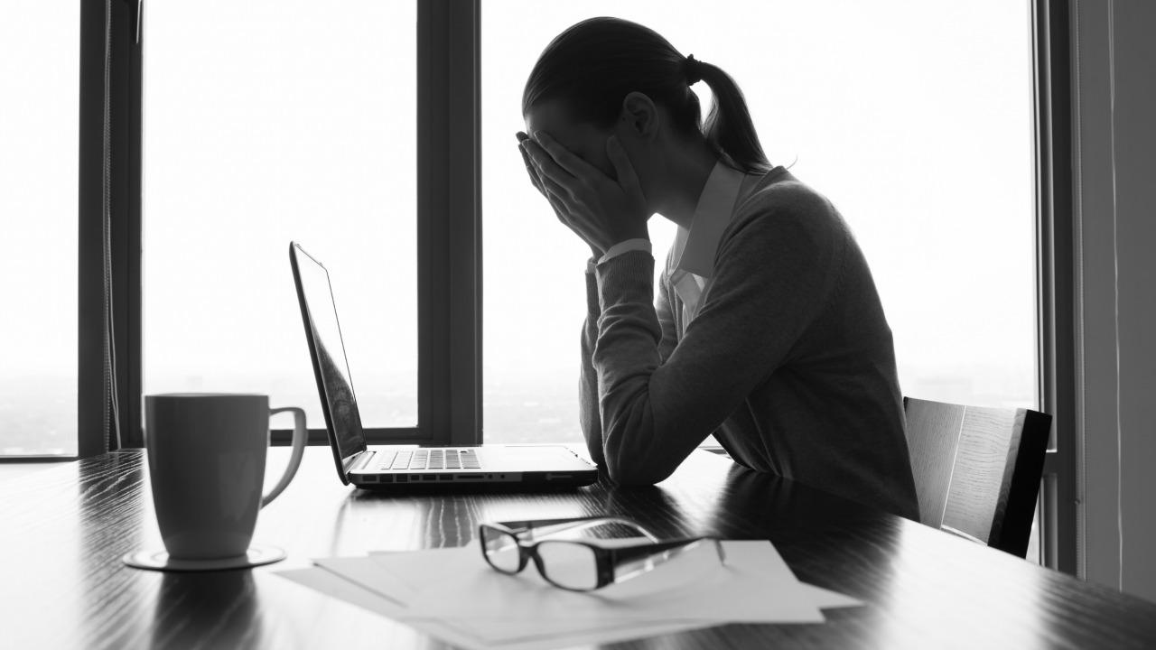 stresli kadın  Sağlıksız yiyecekleri neden arzuluyoruz? stresli kadin