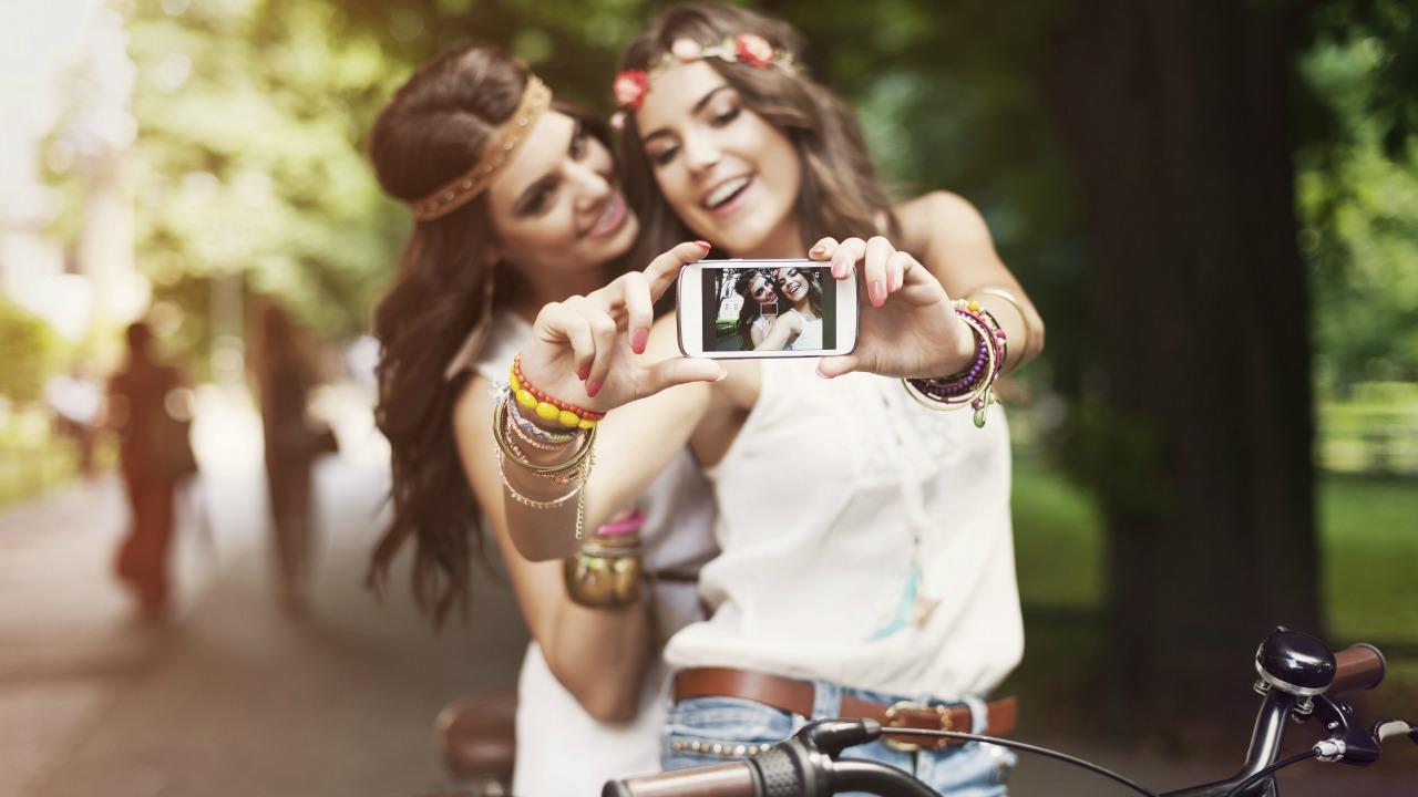 selfie çeken kızlar