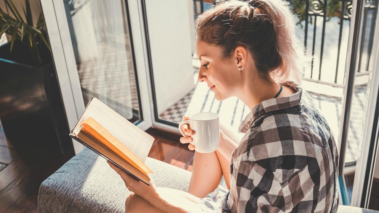 kitap okuyan kadın  Mutluluk ve üretkenlik için 10 Öneri kitap okuyan kadin 1