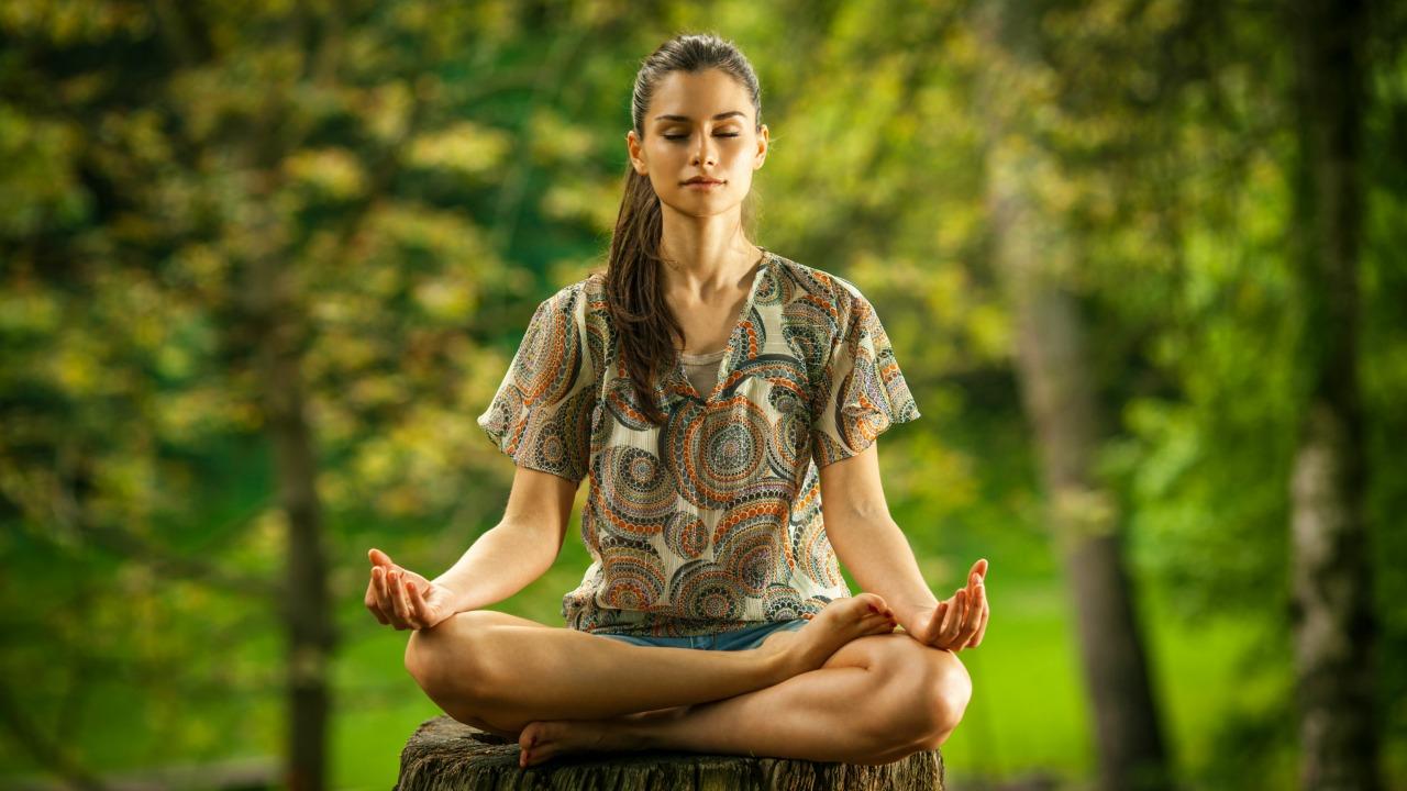 meditasyon yapan kadın