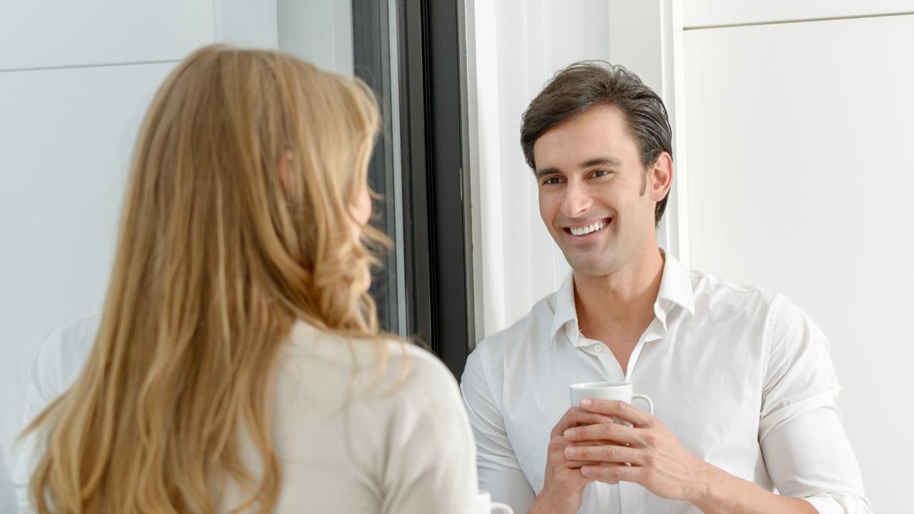 muhabbet eden kadın ve erkek