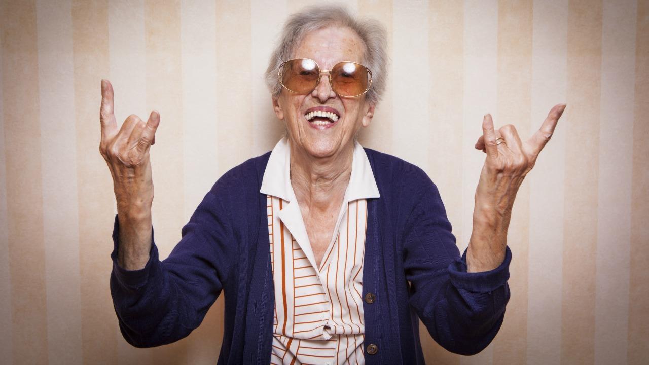 mutlu yaşlı kadın