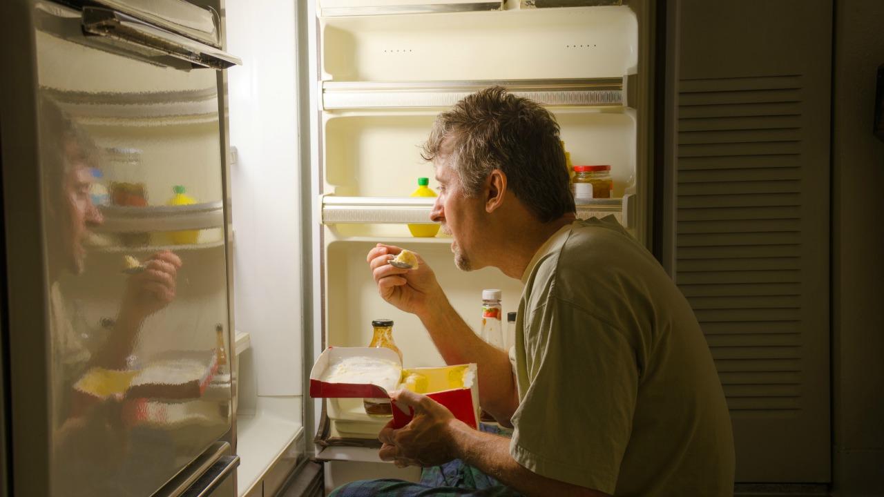yemek yiyen adam  Zor zamanları meditasyonun gücüyle atlatın yemek yiyen adam