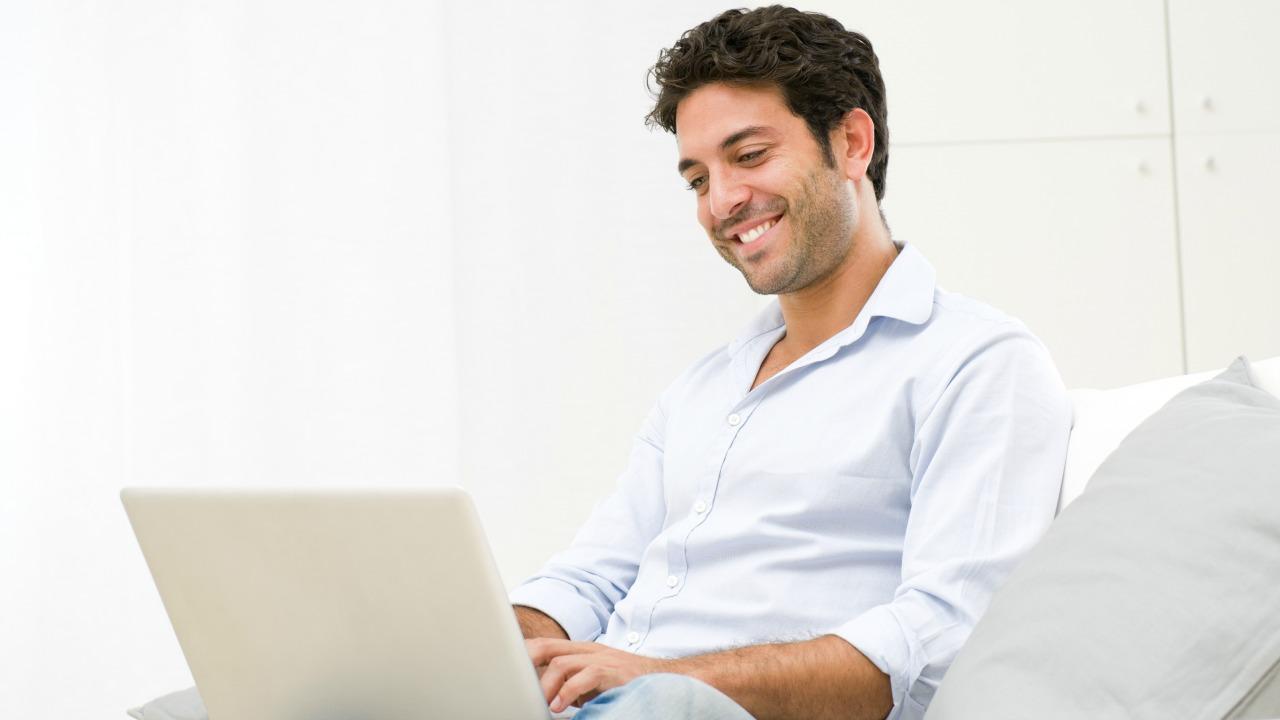 iş yapan adam  Öz güveninizi artırmak için başvurmanız gereken vücut dili önerileri is yapan adam