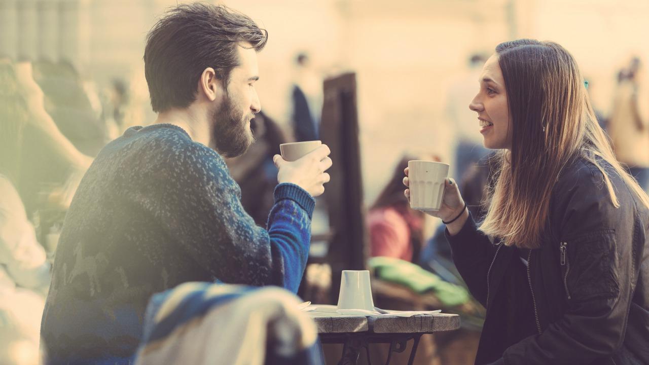 kahve içen çift