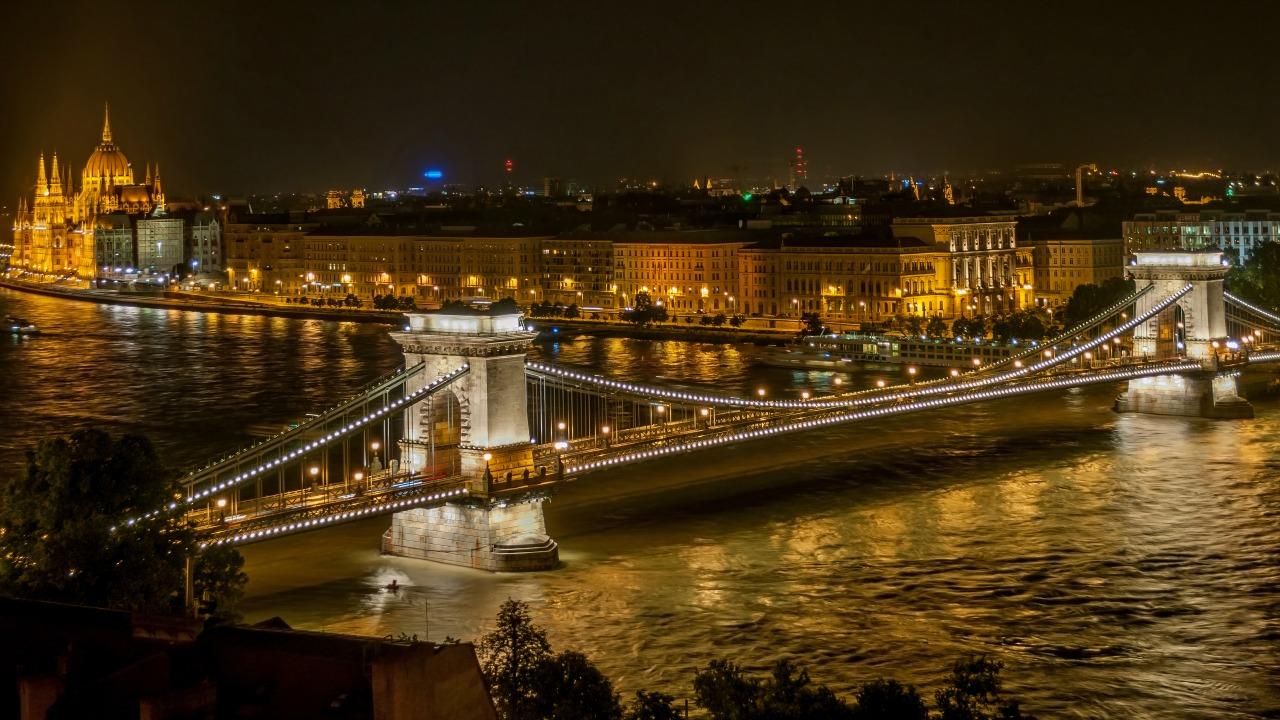 Szechenyi Köprüsü  Siyah ve beyazın aşkı ile kendinizi yeniden keşfedin: Bir Budapeşte macerası Szechenyi Koprusu