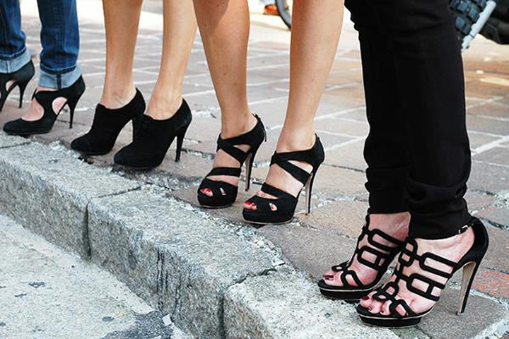kadın modasında klasikler - siyah topuklu ayakkabı