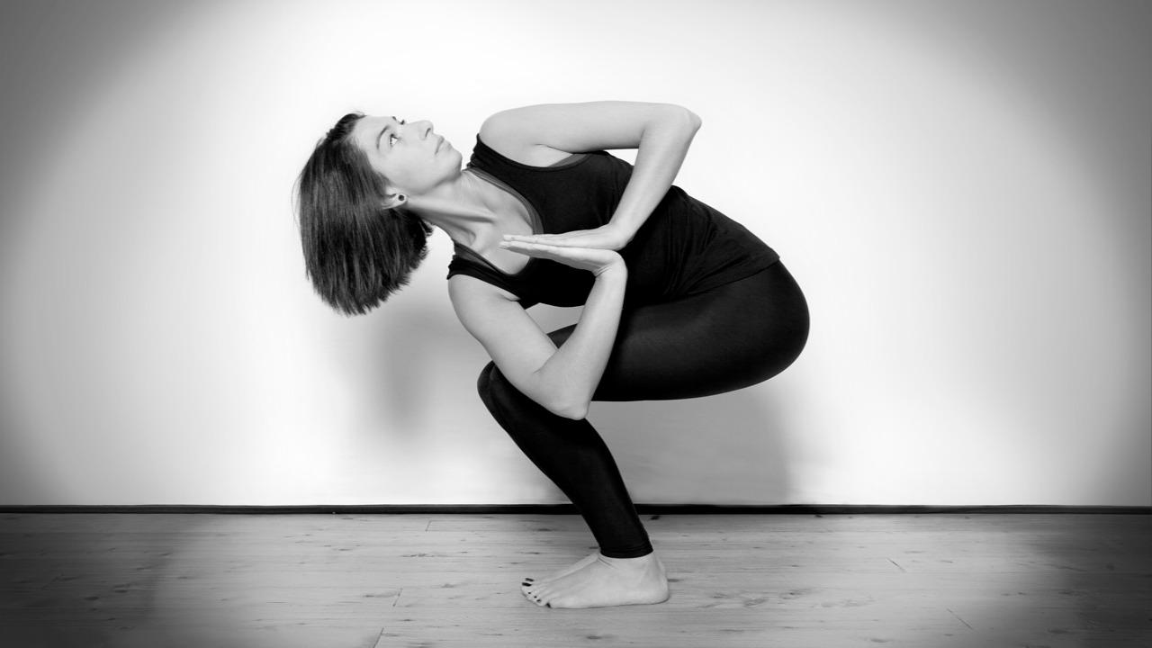 parivrtta-utkatasana pozu  Hayatınızda dengeyi niyet ediyorsanız bu yoga pozları sizi hedefinize ulaştıracak parivrtta utkatasana pozu