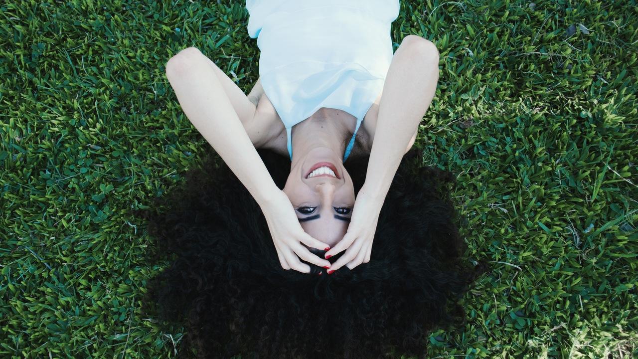 gülümseyen kadın  Gölgeler dosyası açılıyor: ″Aldatılmış″ ben saklandığın yerden çık pexels photo 26963
