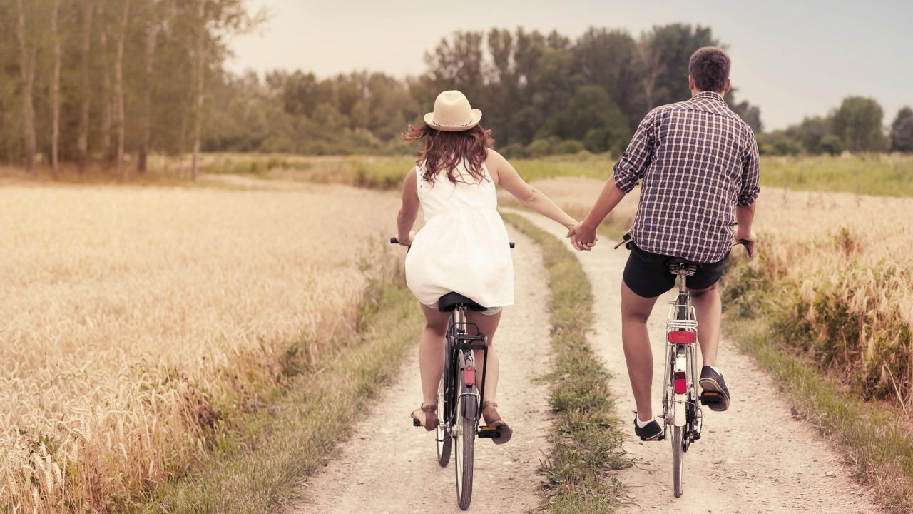 romantik çift  Sanal dünyadan gerçekliğe: Sosyal medya kullanımının ilişkiler üzerindeki etkisi romantik cift