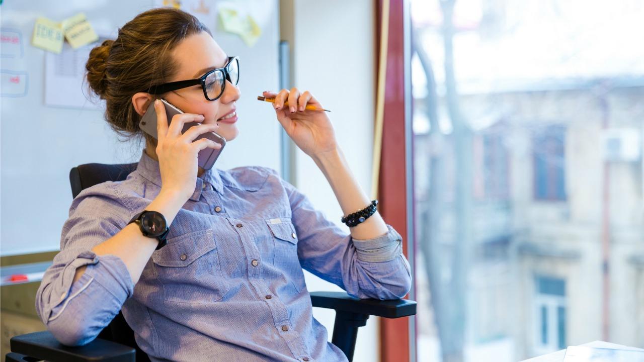 telefonla konuşan kadın  Akıllı telefonların modası geçiyor mu? telefonla konusan kadin