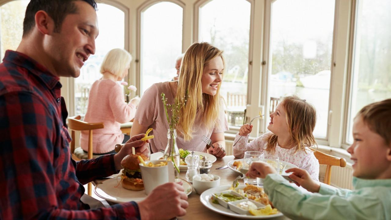 dışarıda yemek  Dışarıda yemek yerken asla sipariş etmemeniz gereken yiyecekler disarida yemek