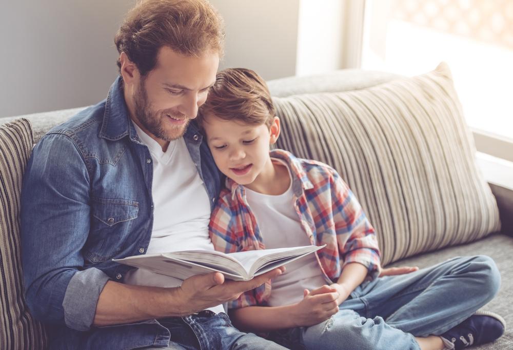 kitap okuyan baba