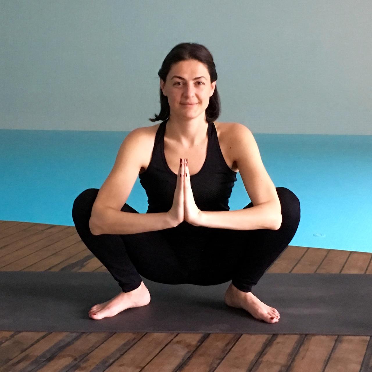 Derin çömelme duruşu yoga pozu