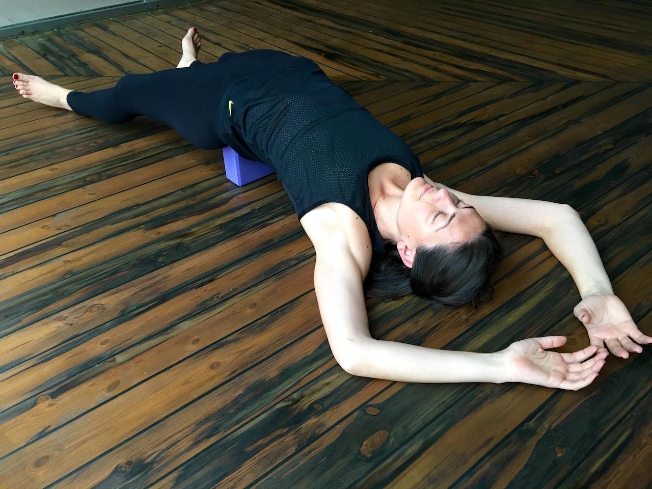 Destekli geri bükülme yoga pozu