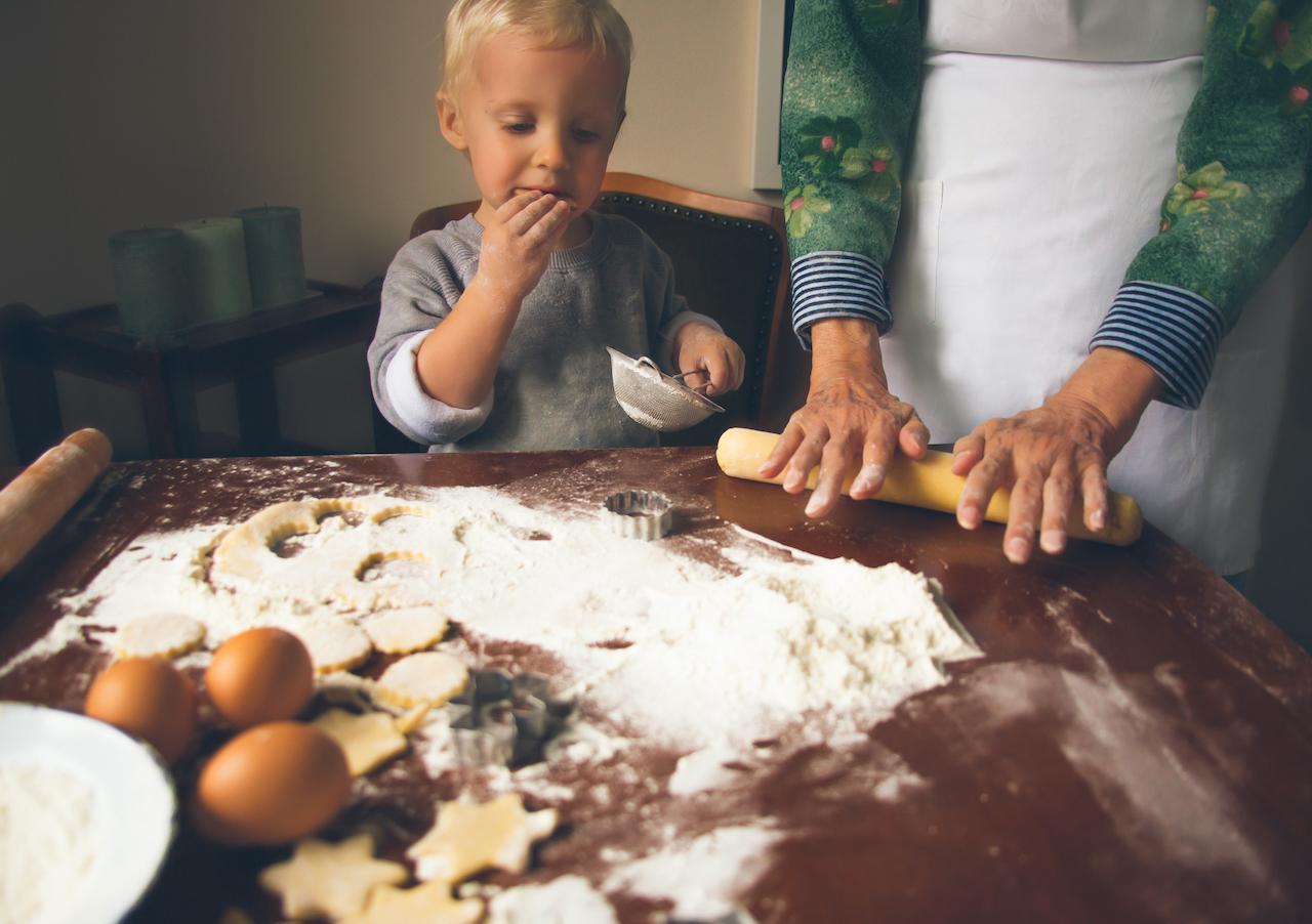 kurabiye yapan cocuk
