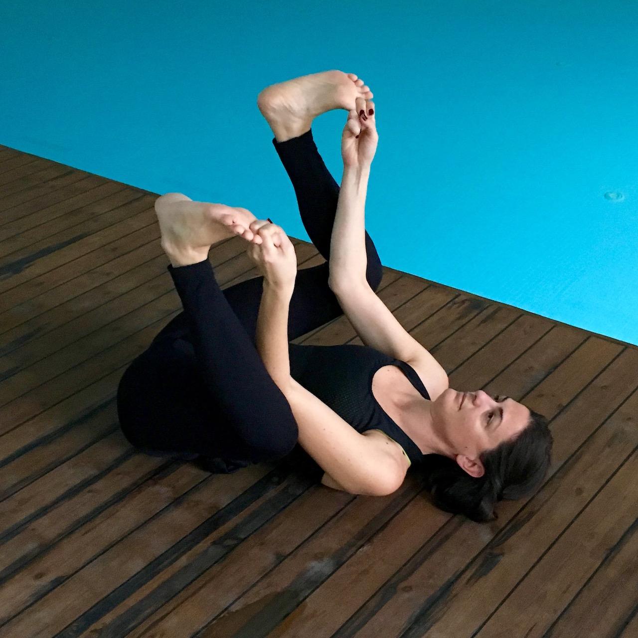 Mutlu çocuk duruşu yoga pozu
