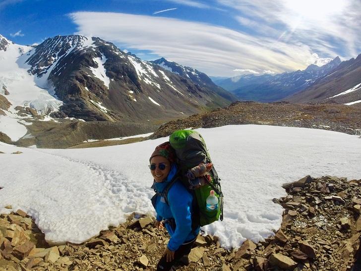 Yürüyüşün ilk gününden beri deniz seviyesinden 500 metrelerde seyreden rota, John Gardner dağ geçidi ile kuralları bozuyor. Sabah 5:00'da başladığımız zorlu bir yürüyüş bizi andin ağaç sınırının üzerine, 1241m'ye taşıyor. Hava Patagonya standartlarında güzel ama benim standartlarımda uçmama ramak kaldı diyebileceğim cinsten. (70-80 km/s'lik rüzgar sağanakları buralarda normal kabul ediliyor) Çantamın ağırlığına güvensem de faydası yok gibi, rüzgar o kadar sert ki batonlarımı yere saplayarak yürüyorum ve tabi biraz da eğilip yere yakınlaştırıyorum kendimi. Sonra içimden neyse ki yağmur veya kar yağmıyor deyip şükrediyorum. Zihnimi bulutlarla süzülmeye bırakıp, yürümeye devam ediyorum.