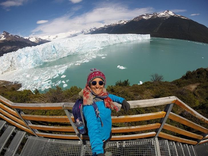 Sıradaki buzulumuz: Perito Moreno Antarktika ve Grönland'dan sonra dünyanın üçüncü büyük buz sahası olan Güney Patagonya, toplamda 48 büyük buzulu besliyor. Bunlardan en meşhuru sayılan Perito Moreno için Puerto Natales'ten Arjantin topraklarında bulunan El Calafate şehrine otobüsle geçiyorum. Burası şirin ufak bir yerleşim, Perito Moreno ziyaretleri vesilesi ile de oldukça turistik.