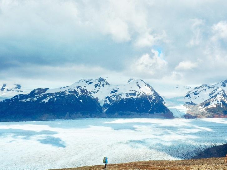 Çok kötü havalarda feci deneyimler yaşayan insanların hikayeleri aklımızda, tedirgin ve soluk soluğa bir eforun ardından geçidi aşıyoruz. Mükafatımız, Güney Patagonya Buz Sahası'nın muazzam manzarası ile Grey Buzulu oluyor. Soğuğun nedenini işte şimdi anlıyorum! Hayatımda ilk defa buzul görmenin heyecanı ile ilerliyorum, günlerdir yürümenin dizlerime verdiği ağrı, soğuk ve zorlu kamp şartları, bir anda siliniyor aklımdan.