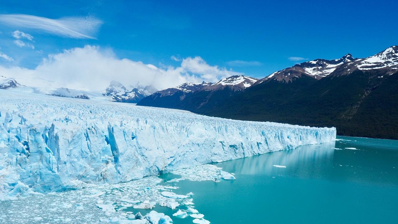 Perito Moreno buzulunun hikayesi Grey'den biraz daha farklı. Kendisine ancak 'görkemli' sıfatını yakıştırabileceğim bu doğa harikası, her yıl ilerlemeye devam ediyor. Küresel ısınmaya bağlı incelme ve kütle kaybından o da muzdarip, ama en azından yüzölçümünü kaybetmiyor. Aslında buzul dediğin zilyonlarca ton sıkışmış buzun bir nehir gibi yatağında akarak bir göle ya da denize dökülmesi. Bu dökülme noktasına 'terminus' deniyor. Terminus, bizler için lunapark gibi bir yer! Buzul son derece dinamik bir oluşum olduğundan, terminusa yeterince yaklaşırsanız gümbürdediğini, çatırdadığını duyabilir ve bir 'calving' yani 'doğurma' olayına şahit olabilirsiniz. En uçta artık dengesini koruyamayan devasa parçaların koparak suya düşmeleri, bir kez şahit olunca bir daha asla unutamayacağınız bir olay!