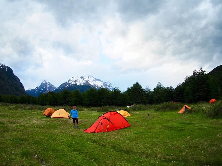 Patagonya macerası Torres Del Paine Milli Parkı, dünyada bulunabileceğiniz müstesna yerlerden biri. Her köşesinde ayrı bir manzara güzelliğiyle şaşırtıyor sizi. Parkta 'O' ve 'W' gibi iki ana rota mevcut. 'O' rotası tüm parkı yaklaşık 8-10 günde yürüyerek, başladığınız yerde bitirecek sekilde çiziliyor. Biz de bu rotayı seçerek maceramıza başlıyoruz. Daha ilk dakikalardan Patagonya'nın bize sunduğu manzara karşısında yüzümüzde sevinç gülücükleri ile ilerliyoruz. Fazla konuşmuyoruz, doğa ile baş başa kalabilmek adına arkadaşımla aramızda mesafeler bırakarak yürüyoruz. Hergün km'lerce yol yürüdükten sonra çadır kurup yemek yapmak, sabah erkenden kalkıp çadır toplayıp tekrar yola çıkmak düşündüğümden daha zorlayıcıydı. Kamp alanına varma duygusu ilk gün dinlenmeme yetmişti, ama diğer günler böyle olmayacağı çok açıktı.