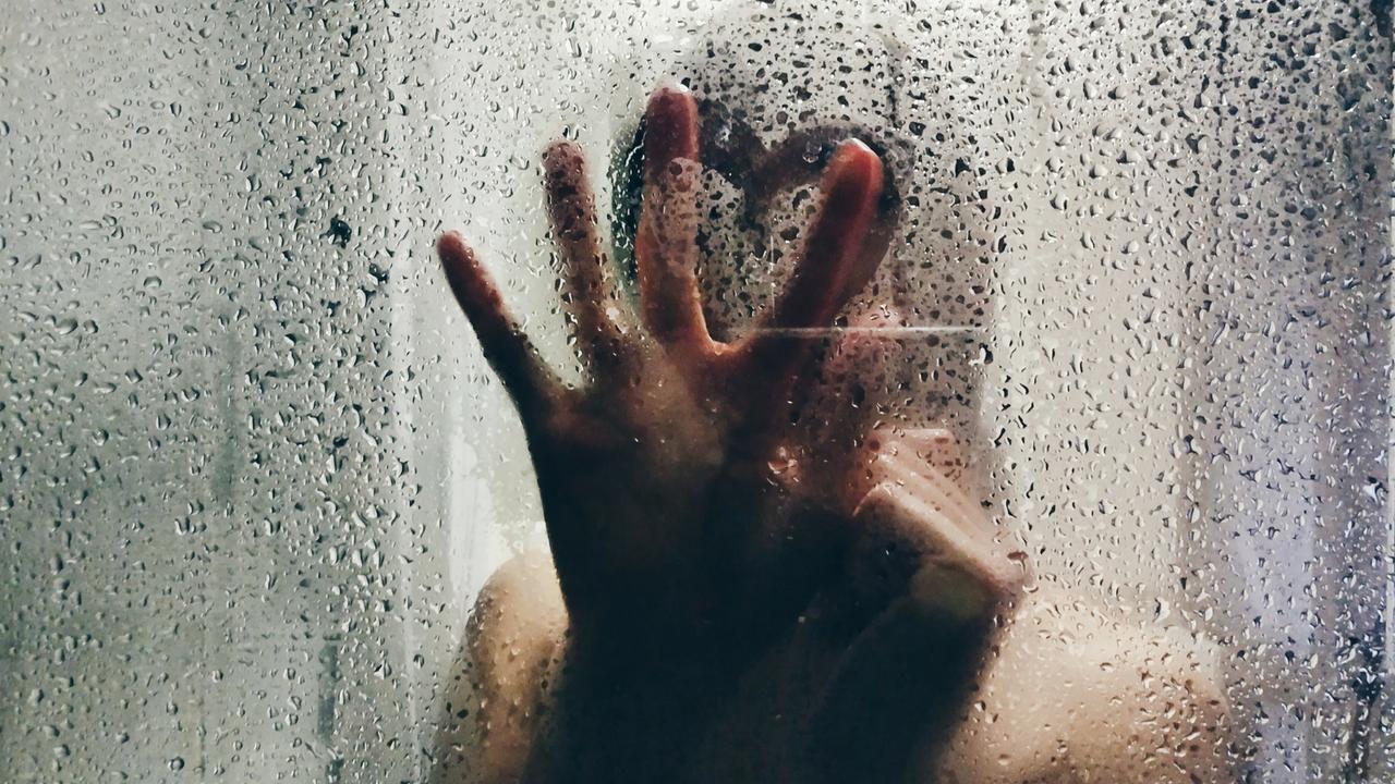 Düşüncelerimizden bir süre uzaklaşıp duş süresi boyunca suyun akışıyla o anın tadını çıkarmaya odaklanırız. Ancak suyun altındayken bazı şeyleri yanlış yapıyor ve cildimize zarar veriyor olabiliriz.