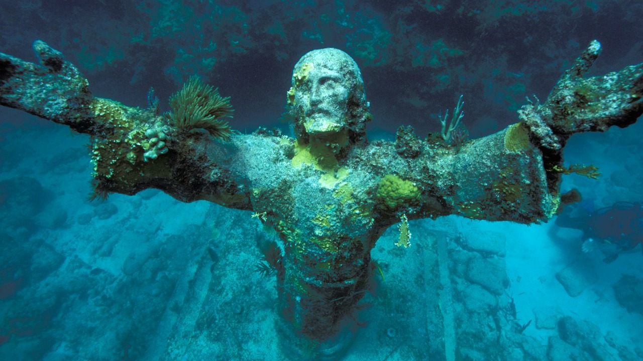 Su altinda Isa heykeli San Fruttuoso Italya