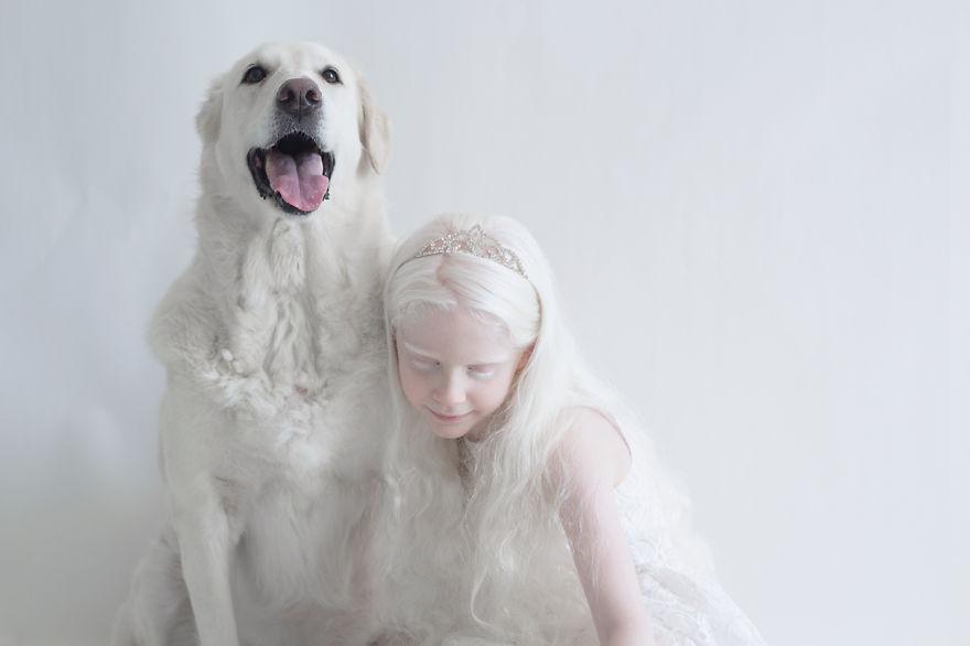 albino kız ve köpek