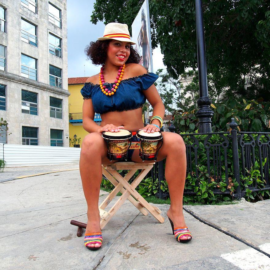 Genç kızlıktan kadınlığa geçişini kutlayan Carmen, Küba