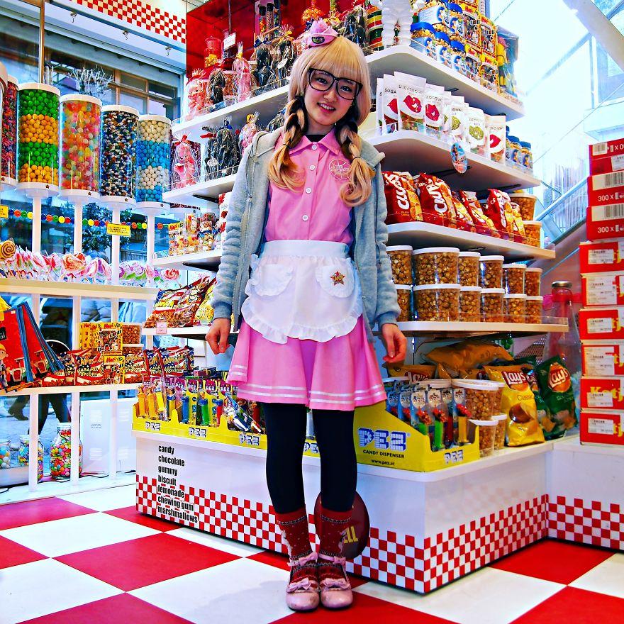 Şeker dükkanında çalışan Saya, Tokyo, Japonya
