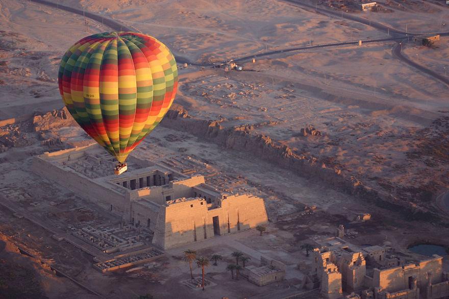 Krallar Vadisi'nin balonla kuşbakışı manzarası, Mısır