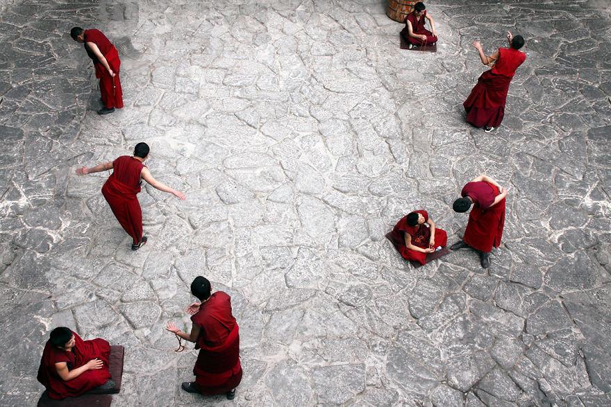 Lhasa'daki Jokhang Tapınağı'nda keşişler her akşamüstü doktrinleri tartışıyorlar, Tibet