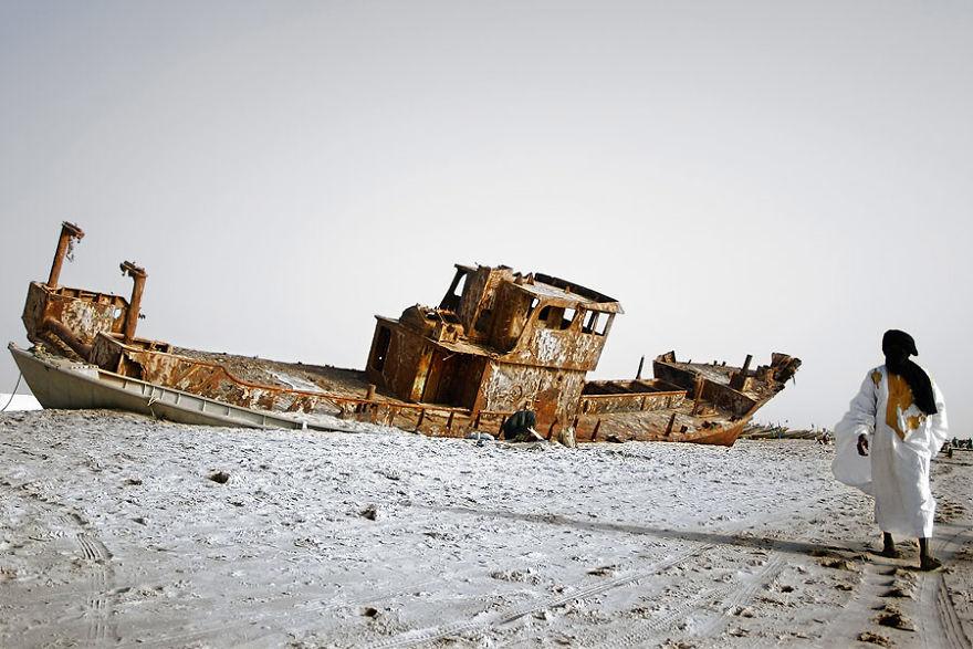 Nuakşot'ta kumsalda terk edilmiş bir gemi, Moritanya