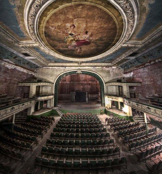 Başka bir yere taşınmış olan bir tiyatro binası, ABD