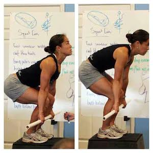 """Atlet ve antrenör Annie Sakamoto """"Lumbar Curve""""ün Deadlift sırasındaki doğru (sol) ve yanlış (sağ) duruşlarını gösteriyor."""