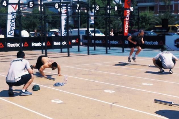 Solda yarışmanın 1.si (ve yarışmaların babası olan CrossFit Games'in Asya bölgesi 8.si) Utku Tuncer ve sağda Samet Bayraktaroğlu Wod 1 A yani 'Death by Burpee' sırasında