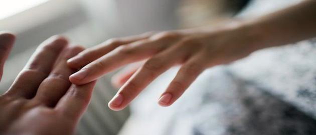 dokunmak el ele  İlişkilerde fiziksel temasın önemi dokunmak el ele