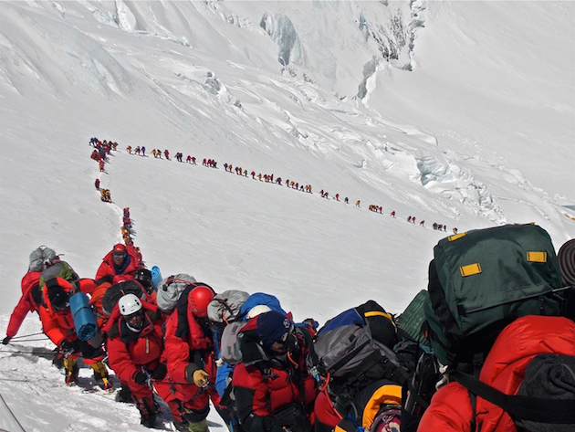 Climbers-going-up-Mount-Everest-in-May-2013