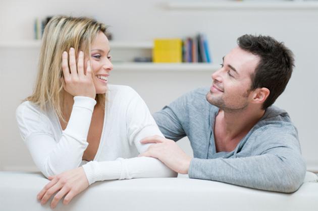couple-on-couch-talking  Mutlu bir cinsel hayata sahip çiftlerin sırları couple on couch talking