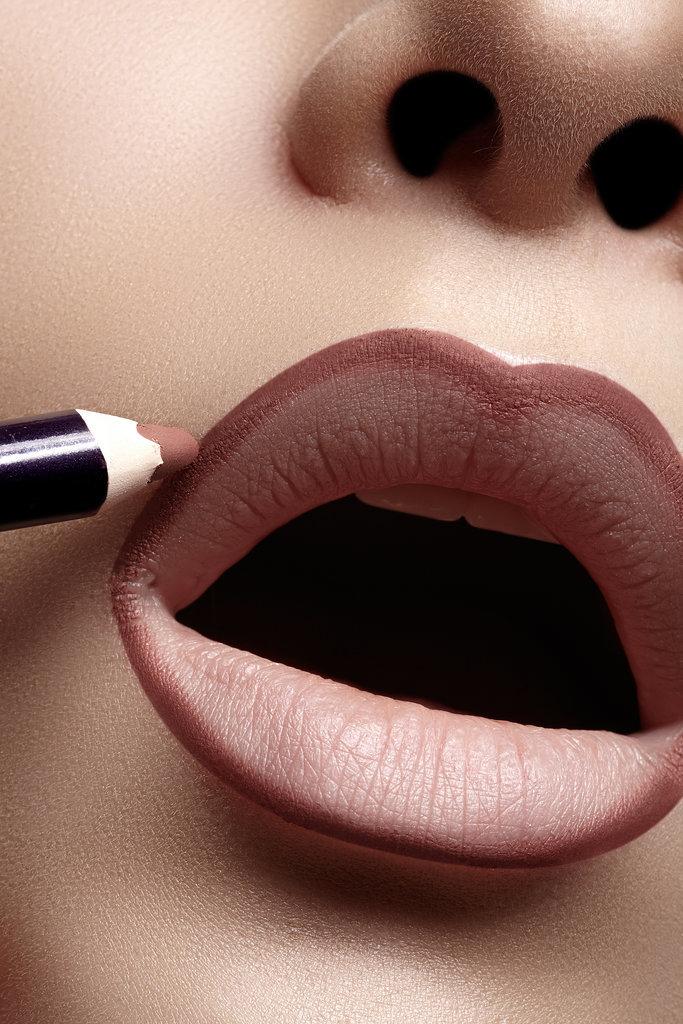 Applying-lip-liner-just-edges