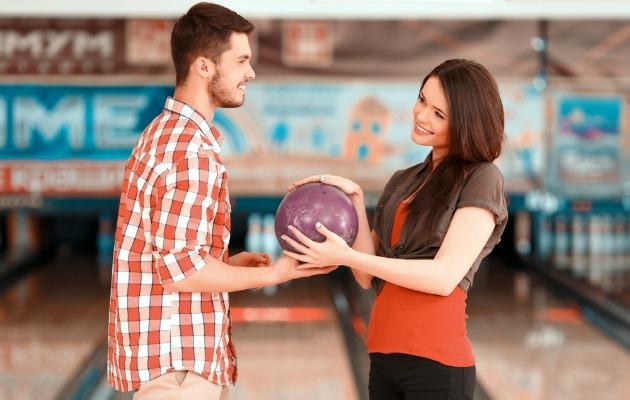 bowling oynayan çift