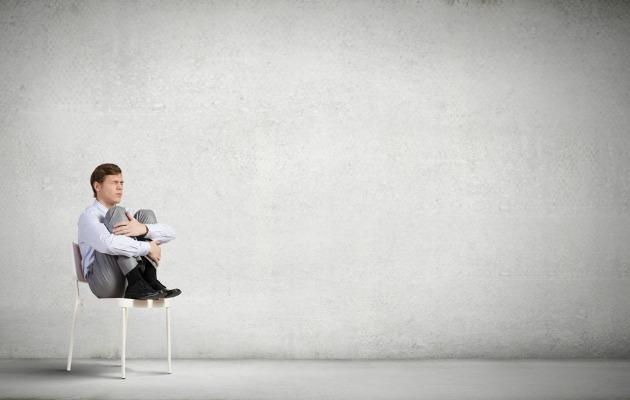 sandalyede oturan adam