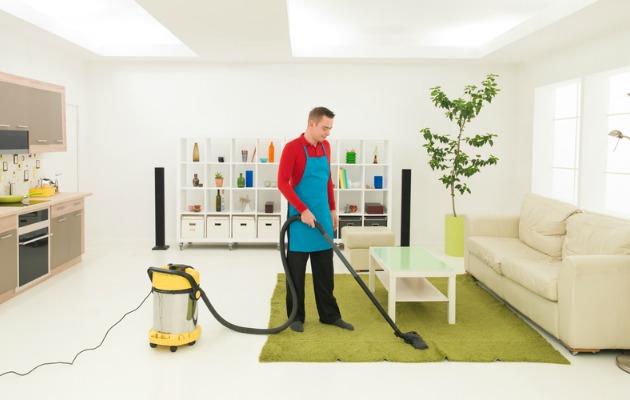 temizlik yapan adam