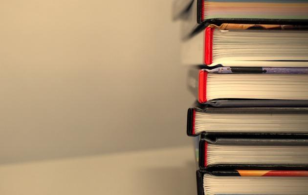 yere yığılmış kitaplar